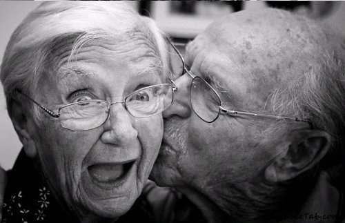 Poljubite osobu iznad - Page 23 Cute-old-love-couple-chick-kiss-adorable